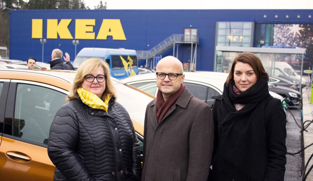 Administrerende direktør for IKEA Norge Clare Rodgers, Klima og miljøminister Vidar Helgesen og leder av Elbilforeningen Christian Bu på åpningen av hurtigladestasjonen utenfor IKEA Slependen. (Foto: Johan Nord)