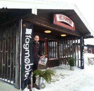 Endre Sandbakken ønsker velkommen til grensehandel med møbler. (Foto: Fagmøbler Røros)