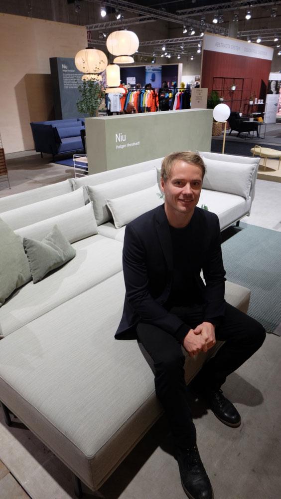 NIU, designet av Hallgeir Homstvedt – her på plass i sofaen, ble presentert som 'en verdensnyhet'. NIU er katalansk og betyr 'reir'. (Foto: Odd Henrik Vanebo)