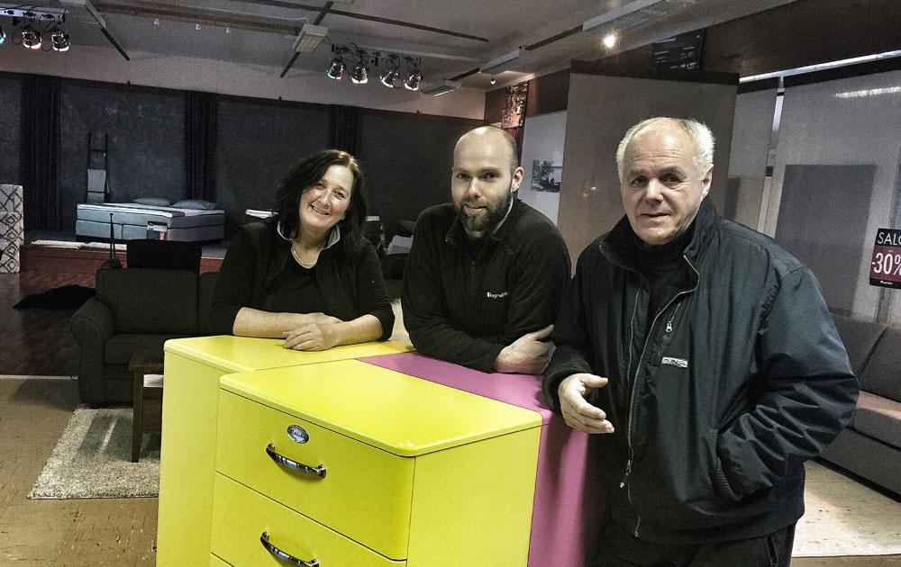 Daglig leder Kjersti Roberg (t.v) og butikksjef Endre Sandbakken sammen med Ola Skott under innredningen av filialen på Vauldalen. (Foto: Fagmøbler Røros)