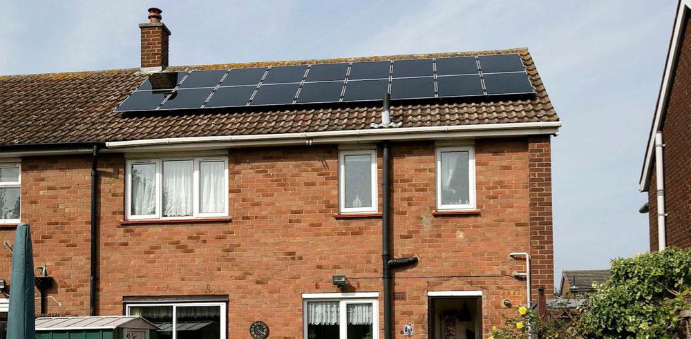Solcellepaneler fra Ikea på plass på hustak i Storbritannia. (Foto: Ikea)