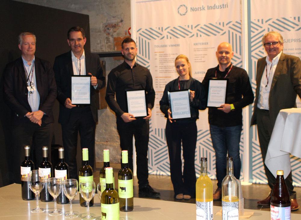 Egil Sundet (t.v.) og Knut Skoe (lengst t.h.) flankerer vinnerne, fra v. Lars Røiri (SBS), Terje Agard (Jøtul), Erna Therese Widerøe (Mascot Høie), Dag Hjelle (L.K. Hjelle). (Foto: Kirsti Berdal)