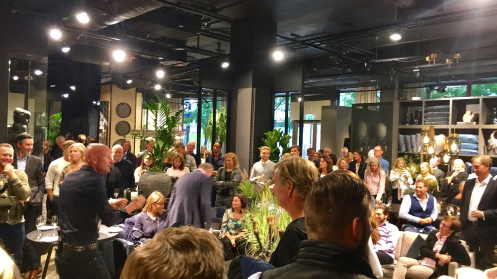 Jimmy Nelson møter begeistrede møbelkunder hos Slettvoll i Stockholm. (Foto: Slettvoll)