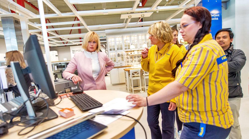 IKEA har systematisert netthandelen med et eget konsept: service & pick-up points hvor kundene har tilgang til en utstilling, kan bestille på en terminal og i neste omgang hente bestilte varer på samme sted. (Foto: IKEA)