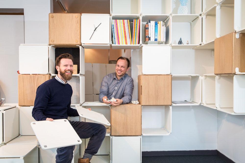 To gründere – Lars Urheim (t.v.) og Eirik Helgesen – har designet møbler som kan endres når behovene endrer seg. (Foto: Marius Vervik/Ope)