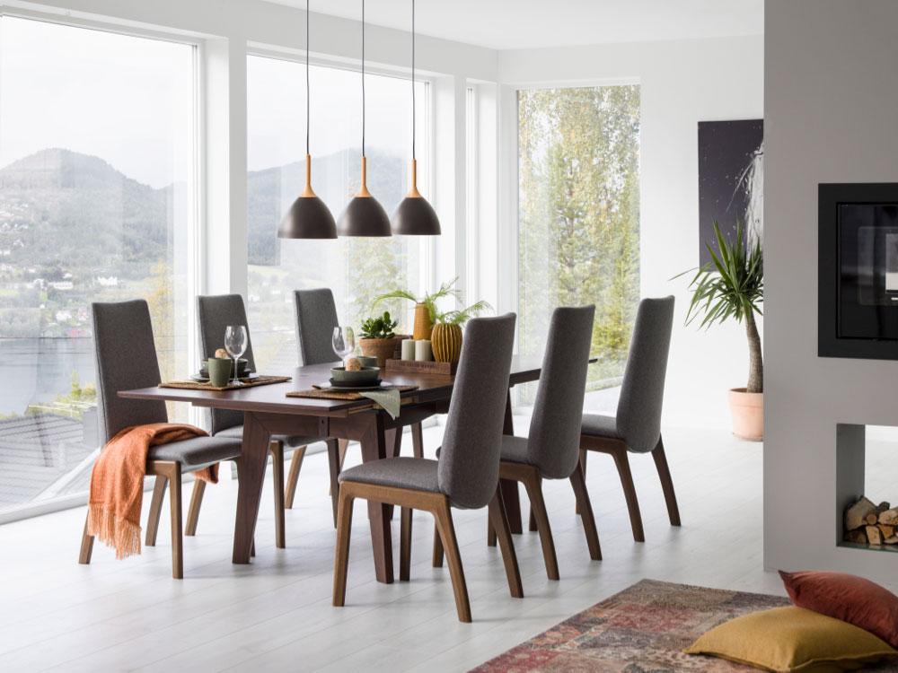 Årets store nyhet: Spisestuestolen Stressless Laurel D100 i tekstil Calido light grey og spisebordet Stressless Madeira T200 i valnøtt. (Foto: Ekornes)