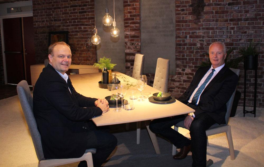 Helge Overå (t.v.) og Eldar Blindheim er fornøyd med at Ekornes nå kan tilby møbler for spisestuen.