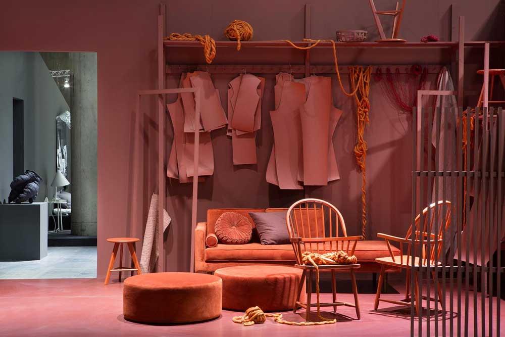"""""""Safer ikke lenger med en grå sofa, men bruker farger og mønstre og er mer lekne."""" (Foto: Inger Marie Grini – Stylister: Kirsten Visdal og Per Olav Sølvberg)"""