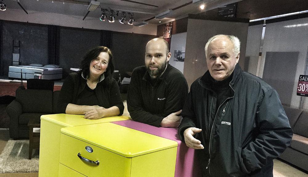 Daglig leder Kjersti Roberg (t.v)og butikksjef Endre Sandbakken sammen med Ola Skott under innredningen av filialen på Vauldalen i fjor. (Foto: Fagmøbler Røros)