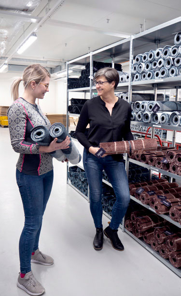 Andrea Louise Nilsen har ansvaret for lager og logistikk  her med med Sonja Djønne