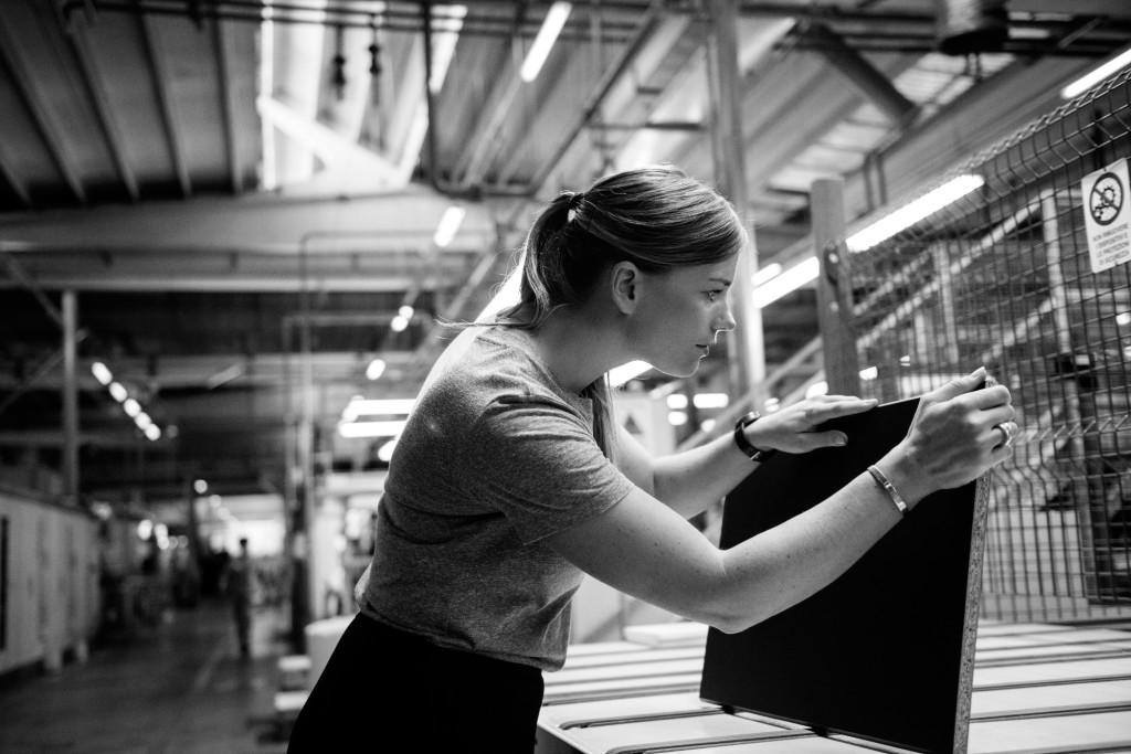 Anna Granath inspiserer en plate med plaskfolie laget av resirkulerte PET-flasker. (Foto: IkeaToday)