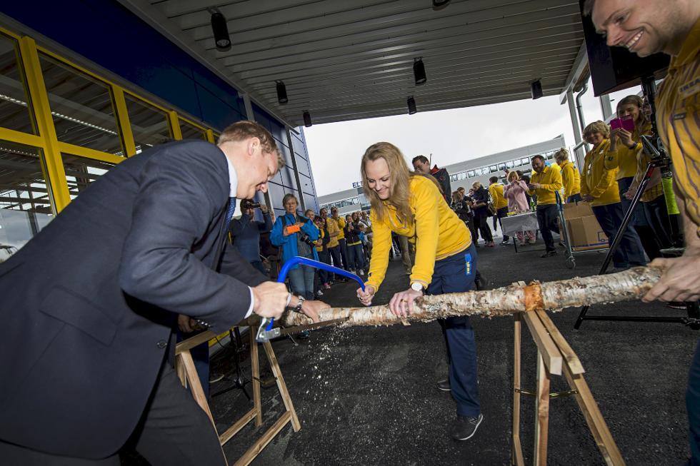 ENN SÅ LENGE: Tradisjonen tro ble en tømmerstokk saget da det første IKEA service & pick-up point åpnet i Tromsø 4. Juni 2015. Butikksjef Mari Bakken og byrådsleder Øyvind Hilmarsen tok seg av den jobben. (Foto: IKEA)