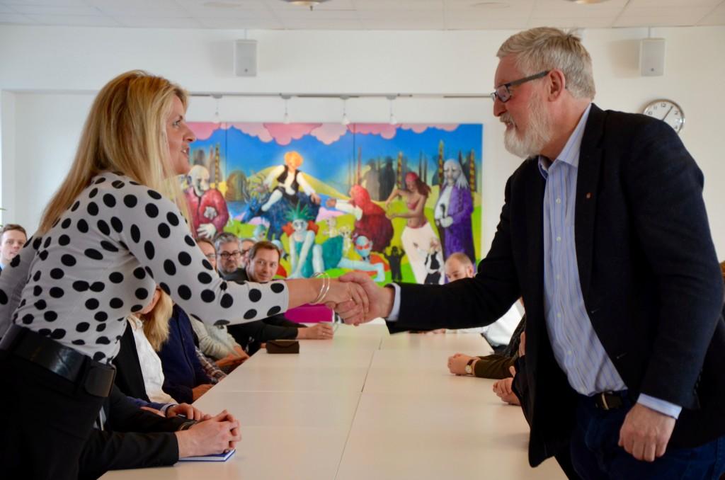 Virkes forhandlingsleder, Inger Lise Blyverket, og LOs forhandlingsleder, Tor-Arne Solbakken etter signering. (Foto: Virke)