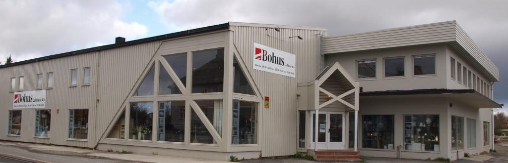 Bygget som i dag huser Bohus Lofoten, ble i sin tid reist av møbelhandleren Alex Nordahl, som var en institusjon i Vest-Lofoten. (Foto: Odd Henrik Vanebo)