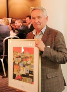 Markedssjef Harald Haslum i Svenheim Kontormøbler har nettopp mottatt prisen. (Foto: Knut Skoe)