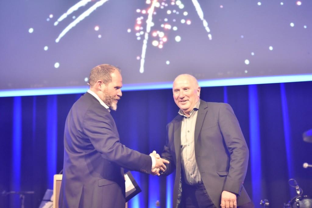 Her får Arne Jonny Engevik prisen på vegne av butikken, av seremonileder og konferansier Truls Svendsen.