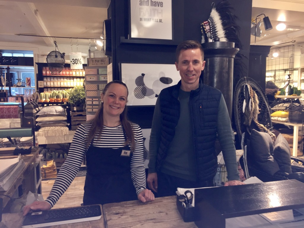 Frank Angelvik og butikkleder Nina Bye i butikken i Sommerveita hvor kjedeventyret startet. (Foto: Aina Kristiansen/NHO Trøndelag)