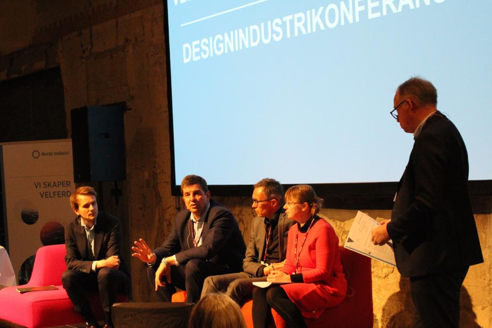 Paneldebatt: Fra v. Jan C. Vestre, Gunnar Gundersen (Høyre), Jon Daniel Nesje og Jeanette Moen (Fellesforbundet), konferanseleder Egil Sundet med ryggen til. (Foto: Knut Skoe)