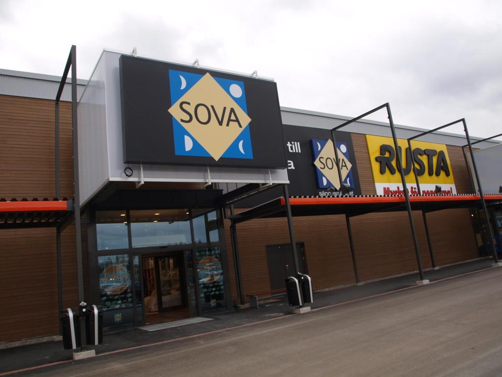 SOVA prøvde seg med møbelbutikk i Töcksfors, innsiktet mot grensehandlende østlandsområdet, men det ble ingen suksess. Butikken ble nedlagt etter kort tid.