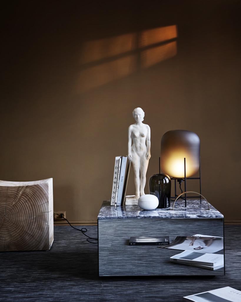 Statue:Kunst gir et hjem karakter! Skulpturen er fra Rydeng Kunsthandel, mens messingobjektet og speilbordet med marmortopp er begge fra Kristina Dam. Skålen med lokk er fra Lyngby Porcelæn, Troll-vasen er designet av Anderssen & Voll for Menu, mens bordlampen er fra Vitra. Krakken fra Riva i massivt tre er fra Expo Nova.