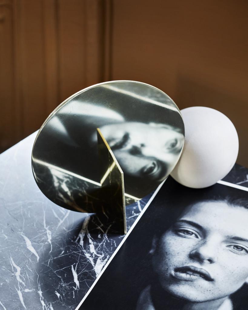 Stilleben: Farger, former og mønster møtes i enkle stilleben og skaper en personlig signatur. Framas skulpturelle messingspeil er fra Kollekted by, Kristina Dams keramikkule fra by Hoff, mens Serax-bordet med marmortopp er fra Milla Boutique.