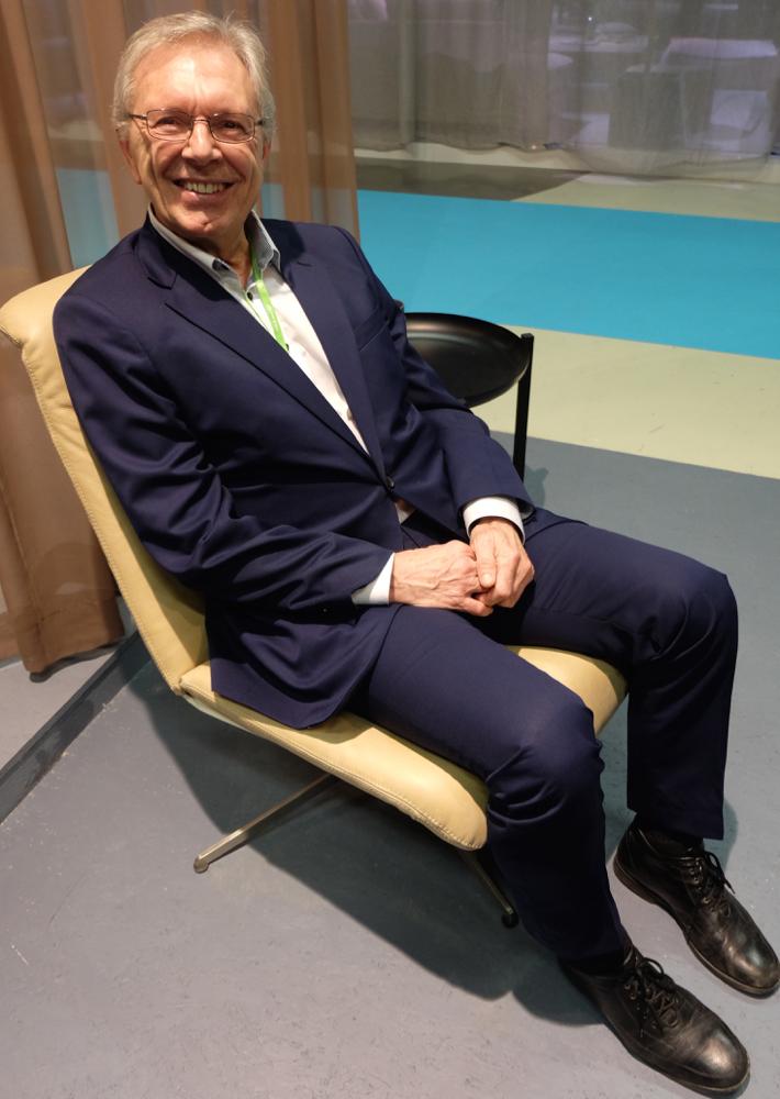 Styreleder Eldar Eilertsen på den nye Ceta-stolen, fotografert på Stockholm Furniture Fair i februar. (Foto: Odd Henrik Vanebo)