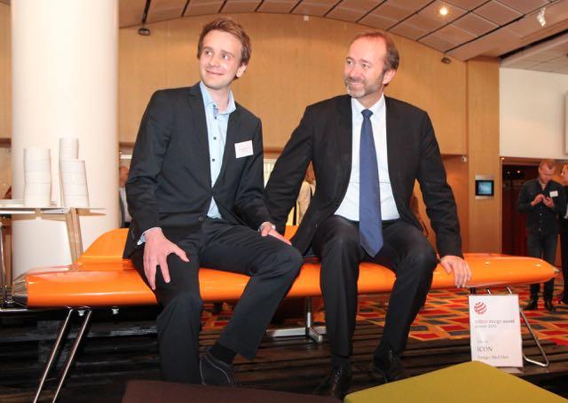 Jan Chr. Vestre, her sammen med tidligere nærings- og handelsminister Trond Giske, på den spektakulære ICON-benken, formgittt av Eker Design, som i 2013 ble tildelt Red Dot Design Award. Vestre har høstet utallige designpriser.