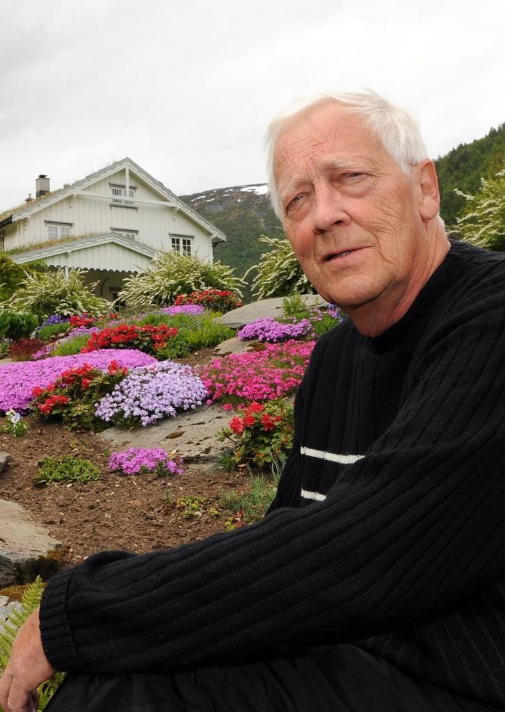 Finn Talgø fotografert i et av de praktfulle blomsterbedene på Talgø Gård, der Talgø døde tirsdag morgen, 77 år gammel. (Foto: Tor Helge Solli/Tidens Krav)