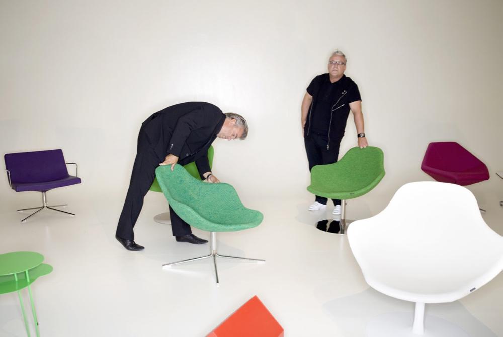 Kurt Tingdal og Anders Englund med en del av Offecct-sortimentet. (Foto: Offecct AB)