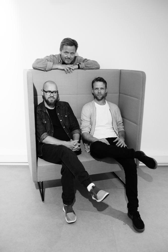 Designerne med eget produkt: Steinar Hindenes (bak), Petter Knudsen (t.v.) og Anders Berg. (Foto: EFG)