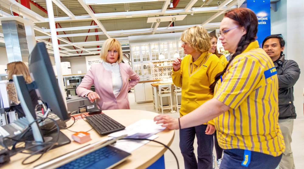 """""""Møbelkjeda IKEA utsett bygging av fleire varehus, og heller etablert små serviceavdelingar der folk kan hente varer dei har bestilt på nett."""" (Foto fra Tromsø: Ørjan Bertelsen/IKEA)"""