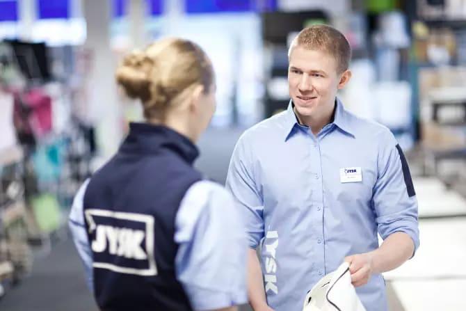 JYSK-ansatte hjelper gjerne til med å få varene ut i bilen, uavhengig om kunden har kjøpt varene via netthandel, med avlevering i butikk, eller om varene er kjøpt på en hyggelig handletur i en av JYSK-butikkene. (Foto: JYSK)