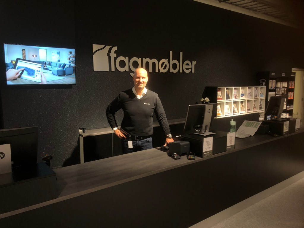 Jim Åge Nilsen har all grunn til å være fornøyd med åpningen av den nye butikken I Bodø. (Foto: Roy Seime)