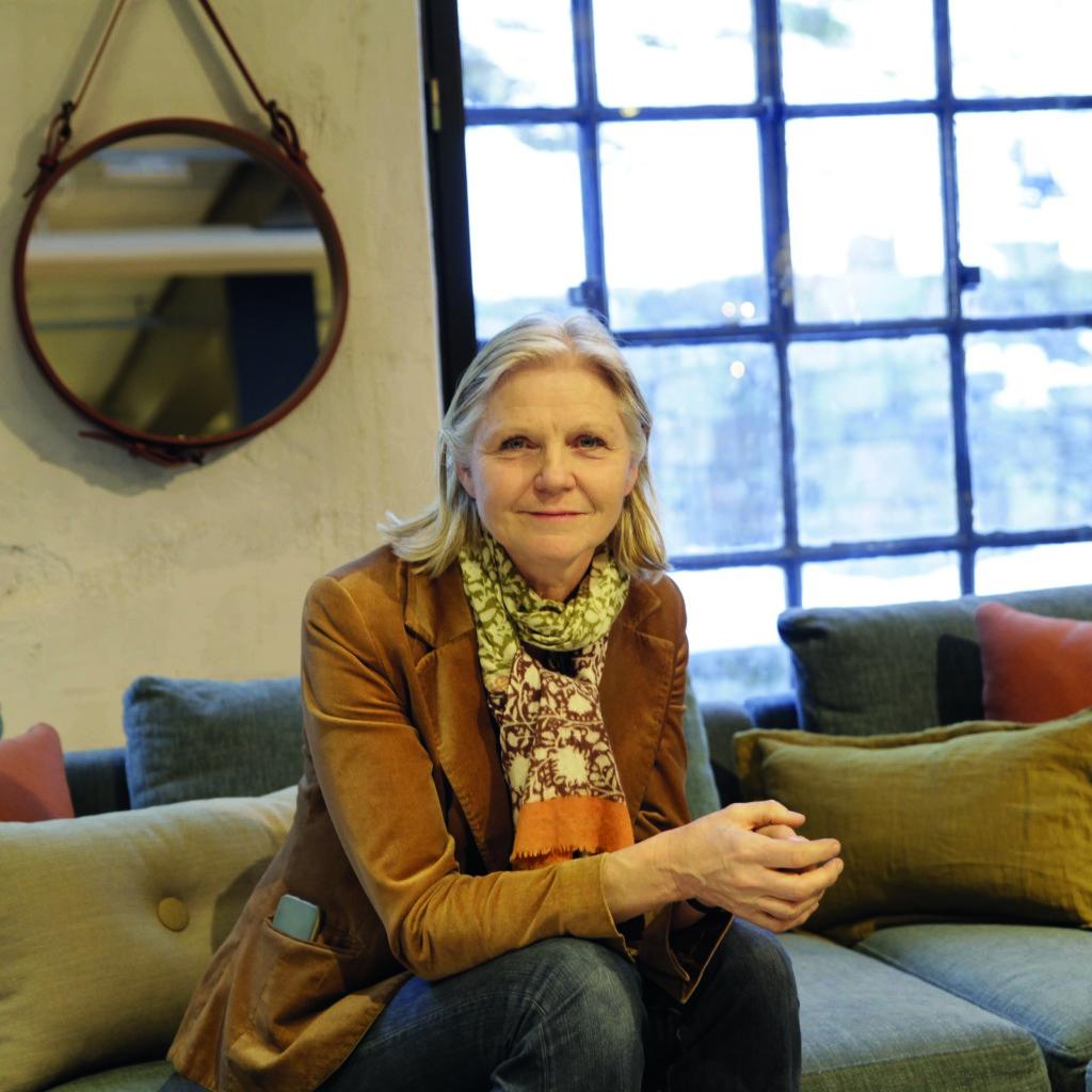 Siri Eriksson, her i en 'Edge' sofa fra Wendelbo, har lov til å glede seg over fremgangen for Verket Interiør. (Foto: Verket Interiør AS)