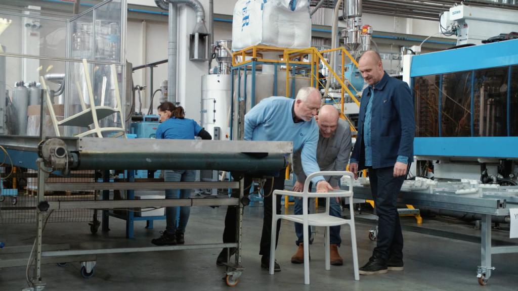 """Her legges siste hånd på en """"YPPERLIG"""" stabelbar stol.(Foto: IKEA/Creative Commons)"""