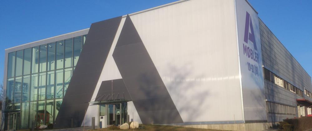 Møbelvarehuset, som ruver som et landemerke ved E6 på Alnabru, fremstår siden i fjor i ny glans med ny profil etter en full make-over. (Foto: Odd Henrik Vanebo)