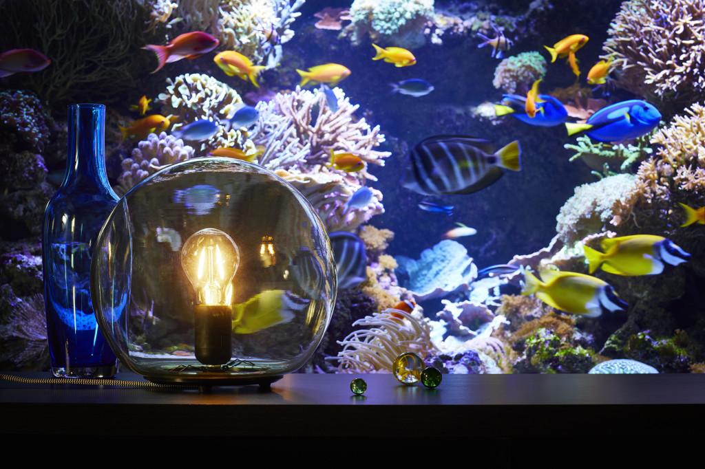 FADO bordlampe gjør det enkelt å skape dempet stemningsbelysning. Den runde lampekuppelen er laget av gul- eller gråfarget glass som gir den et rustikt uttrykk. Denne stilen kan understrekes gjennom valg av lyspære, for eksempel ei naken pære som LUNNOM LED. Den har samme form og lys som ei gammel glødepære, men med de strømsparende fordelene til LED. (Foto: IKEA)