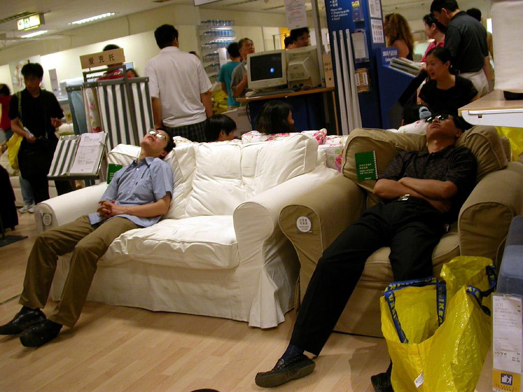 Tidligere nyttet kunder nytter anledningen til å ta seg en høneblund i sofaer og senger som stod utstilt, inntil IKEA må innføre forbud mot denne selvtekten.