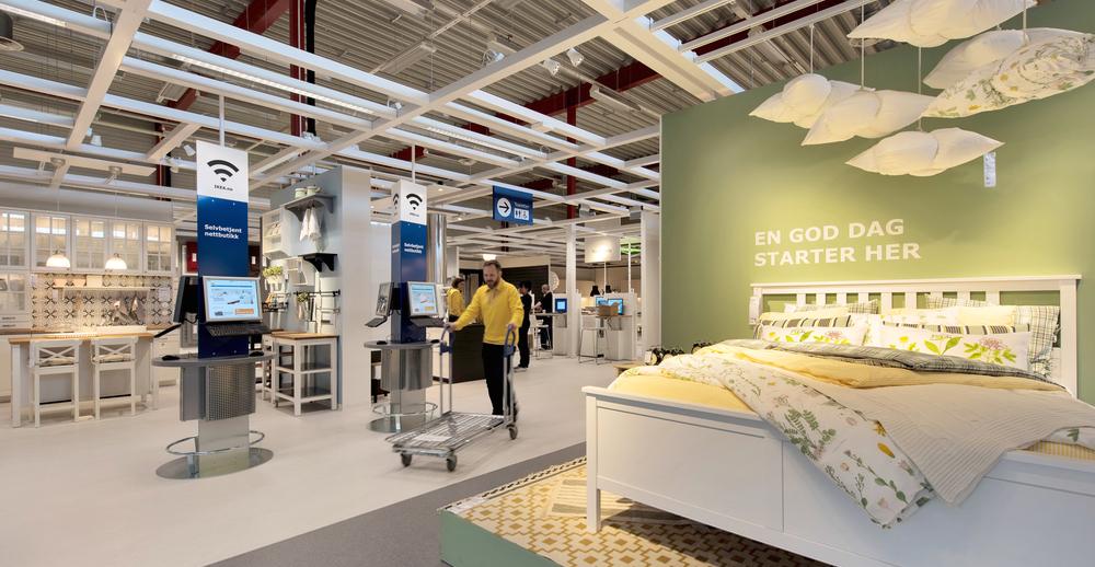 IKEA på nett: Etter å ha sett på og tatt på de aktuelle produktene i showrommet på pick-up-point i Tromsø, kan kundene bestille varene på skjerm like ved, og neste hente dem samme sted. (Foto: IKEA)