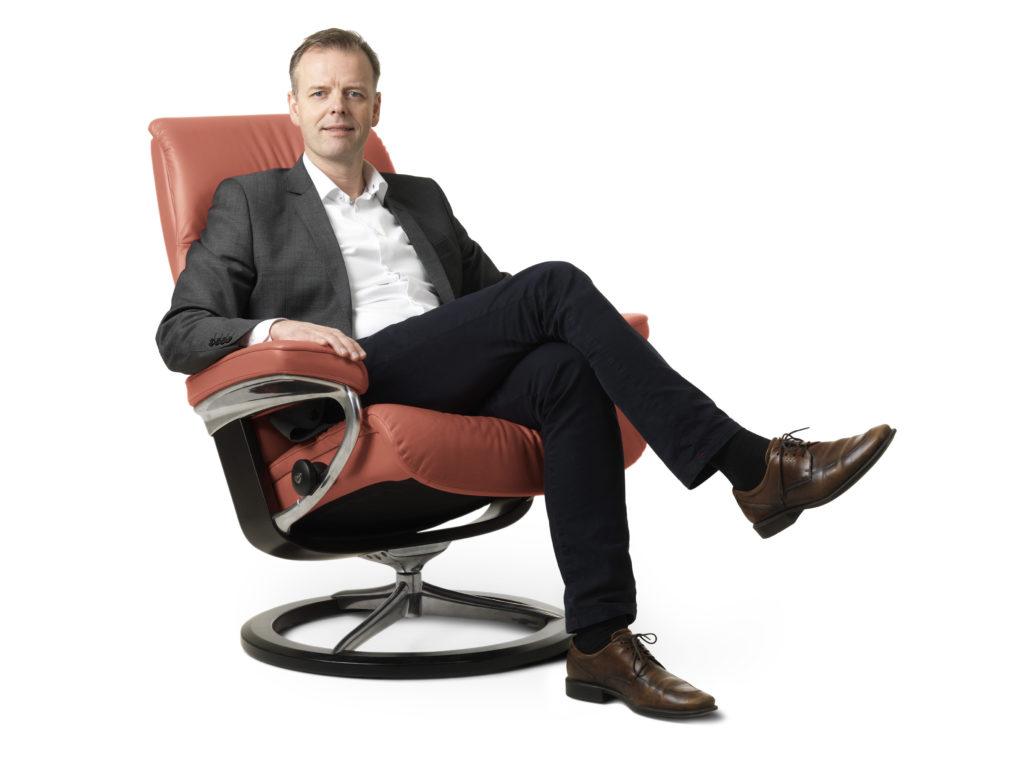 Konsernsjef Olav Holst-Dyrnes i en Stressless Henna-stol som nå skal gjøres tilgjengelig på nett i Kina. (Foto: Ekornes)
