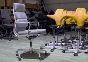 Kvalitetsstoler som er trukket om ved Glomma Industrier: Vitra Charles Eames og HÅG Capisco. (Foto: Jørgen Lie Furuholt/DOGA)