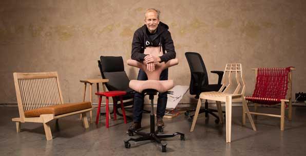 Prosjektleder Knut Bang med stolene i den norske delfinalen.