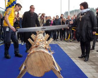 Varehussjef Jens Listrup forestod åpningen av IKEA Ringsaker 19. mars 2015 ved å sage over en tømmerstokk sammen med ordfører i Ringsaker kommune, Anita Ihle Steen.