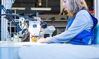 Berit Øverby er en av de dyktige fagmedarbeiderne som jobber både med søm og modeller. (Foto: Jørgen Lie Furuholt/DOGA)