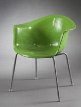 Nye materialer stolen er laget i støpt glassfiber og metall i 1957 58