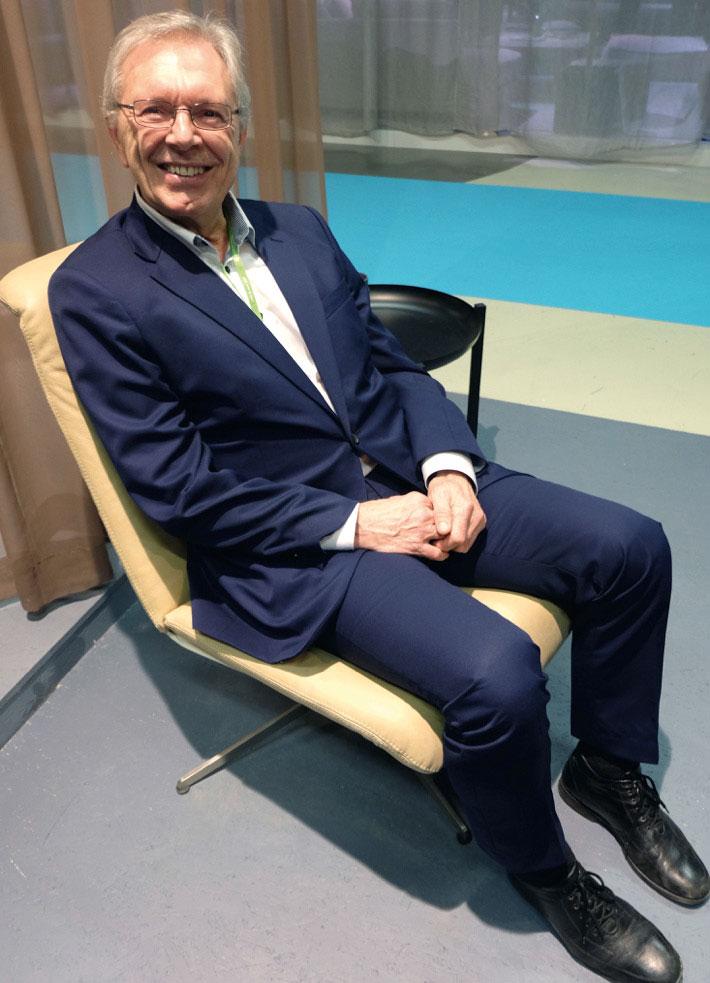 Styreleder Eldar Eilertsen på den nye Ceta-stolen, fotografert på Stockholm Furniture Fair i februar.