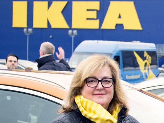 Adm. dir. Ikea Norge Clare Rodgers på åpningen av hurtigladestasjonen utenfor IKEA Slependen.