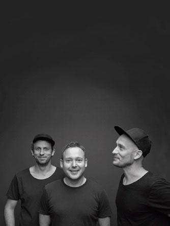 Ove Rogne sammen med designerne Morten Skjærpe Knarrum (t.v.) og Jonas Norheim (t.h.) – Morten&Jonas.