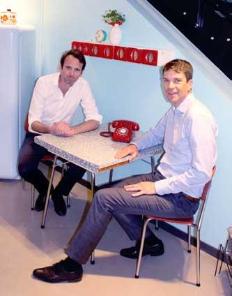 De lever brandet. Philip Eriksson og Anders Skoe i nostalgiske bruktmøbler. (foto: Knut Skoe)