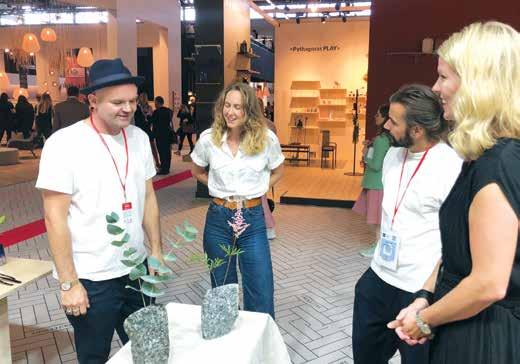 Fra venstre designer Simen Stålnacke, designer Kaja Dahl, som har designet de nye Larvik Vasene fra Fram Oslo (laget i Larvikitt), Leif Rune Loen jobber sammen Stålnacke. Til høyre Sunniva Hoff fra Fram Oslo.
